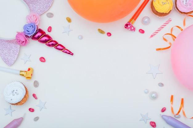Conceito lindo aniversário com elementos coloridos de festa