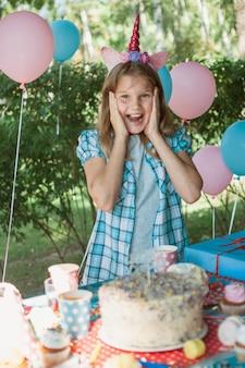 Conceito lindo aniversário com garota feliz