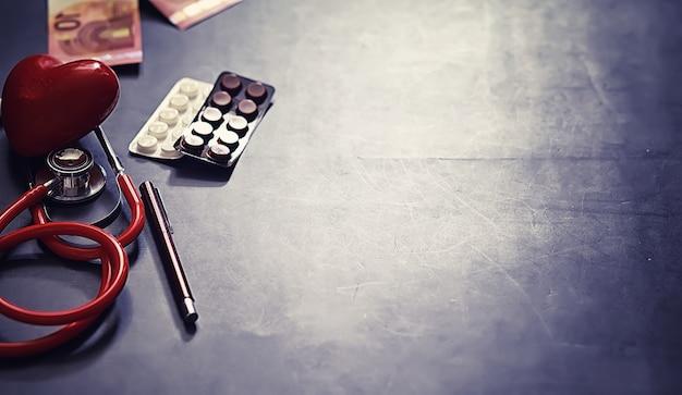 Conceito médico de fundo. mesa do cardiologista. um estetoscópio e um medicamento são prescritos por um médico.
