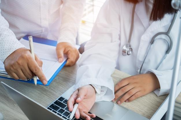 Conceito médico de saúde, equipe de especialistas de médicos trabalhando informações para examinar
