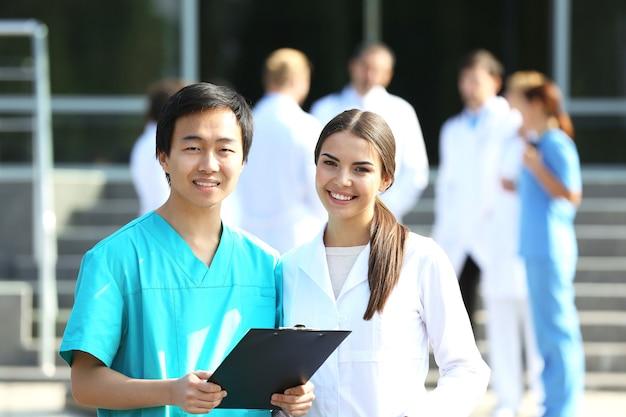Conceito médico - dois médicos com estetoscópios e prancheta de prescrição