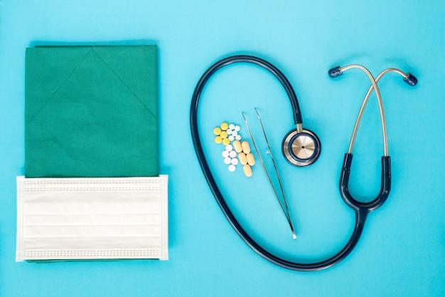 Conceito médico estetoscópio em azul. vista superior, plana leigos.