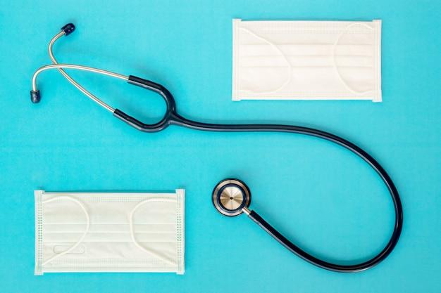 Conceito médico. estetoscópio no fundo azul. vista superior, lay plana.