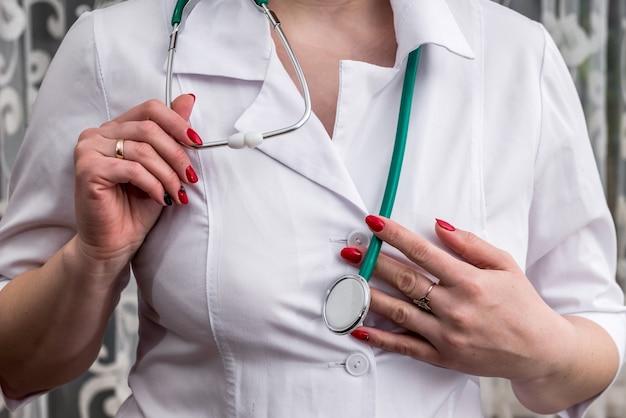 Conceito médico. médico com estetoscópio nas mãos