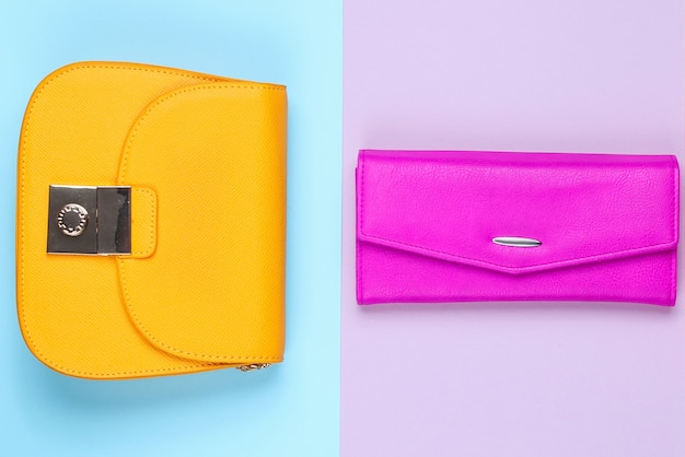 Conceito minimalista da moda. duas bolsas, bolsa em fundo pastel. vista do topo