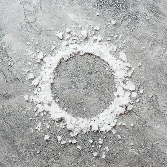 Conceito minimalista de spa de sal de banho em um círculo