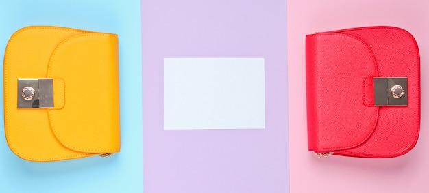 Conceito minimalista elegante. dois sacos, folha de papel branca para espaço de cópia. vista do topo