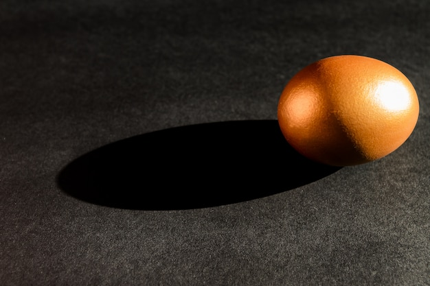 Conceito mínimo de páscoa. ovo de páscoa dourado elegante decorado em fundo preto. páscoa na moda