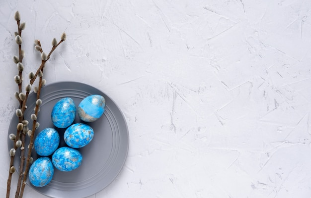 Conceito mínimo de páscoa. ovos de páscoa azuis elegantes isolados no branco. ovos de páscoa tingidos.