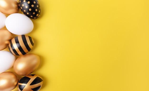Conceito mínimo de páscoa. ovos de páscoa de ouro sobre fundo amarelo. e