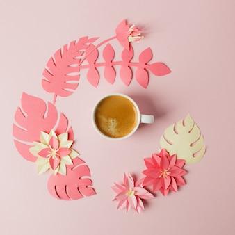 Conceito moderno de café da manhã romântico - xícara de café espresso e origami papercraft flores