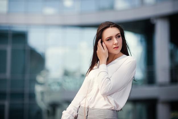 Conceito moderno de estilo de vida de moda urbana de mulher de negócios
