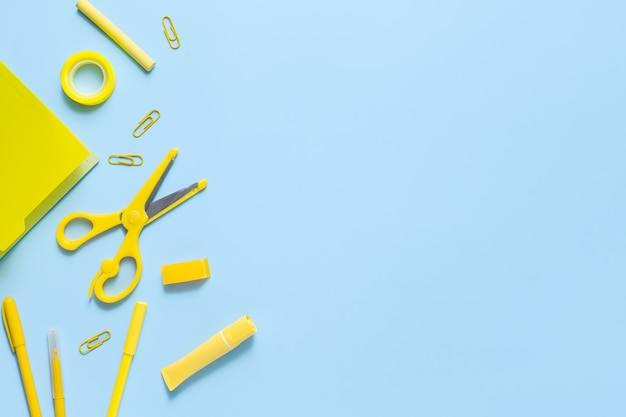 Conceito monocromático amarelo com artigos de papelaria. de volta ao fundo da escola com espaço de cópia