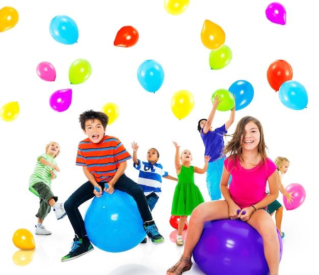 Conceito multiétnico da amizade da felicidade do balão das crianças