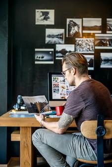 Conceito ocupado do escritório domiciliário da edição do fotógrafo do homem