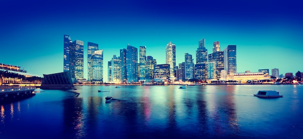 Conceito panorâmico da noite de singapura da arquitectura da cidade