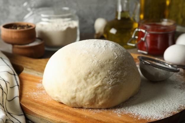 Conceito para cozinhar pizza com ingredientes e massa