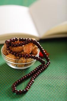 Conceito para o ramadã, data frutas com uma oração islâmica