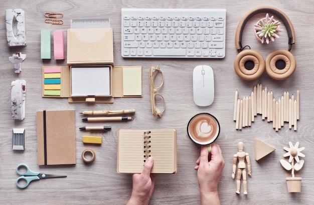 Conceito plano leigos com material de escritório moderno de materiais sustentáveis ecológicos sem plástico de uso único para reduzir o desperdício e organizar o estilo de vida sustentável.