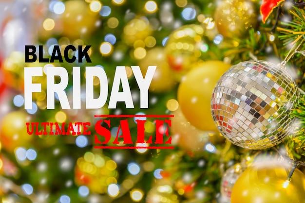 Conceito preto da venda de sexta-feira com fundo da decoração da árvore de natal.