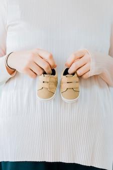 Conceito recém-nascido com sapatos femininos