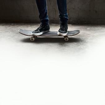 Conceito recreacional da atividade do parque extremo do skater do esporte do skate