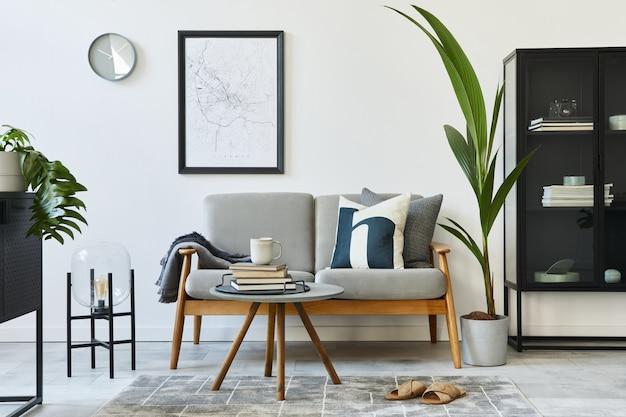 Conceito retro moderno de interior de casa com sofá cinza design, mesa de centro, plantas, móveis, mapa, decoração