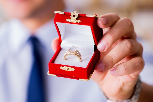 Conceito romântico com homem fazendo proposta de casamento