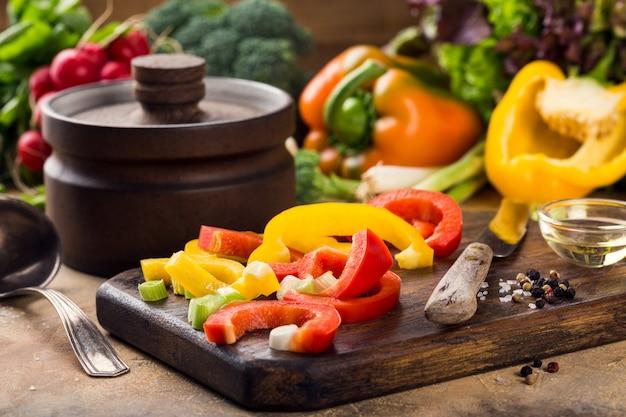 Conceito saudável do fundo do alimento dos vegetais coloridos crus frescos orgânicos.