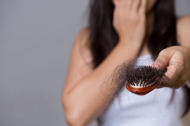 Conceito saudvel. mulher, mostrar, dela, escova, com, longo, perda, cabelo