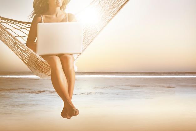 Conceito sem fio do portátil do internet das mulheres da mulher de negócio