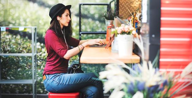 Conceito social da tecnologia dos trabalhos em rede das comunicações globais do portátil da mulher