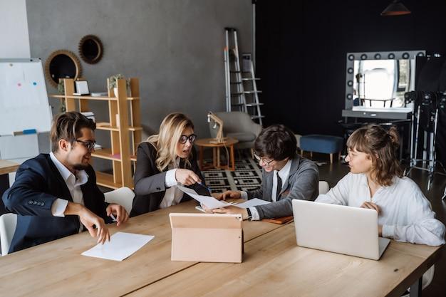 Conceito startup da reunião de sessão de reflexão dos trabalhos de equipa da diversidade. planejamento de pessoas.