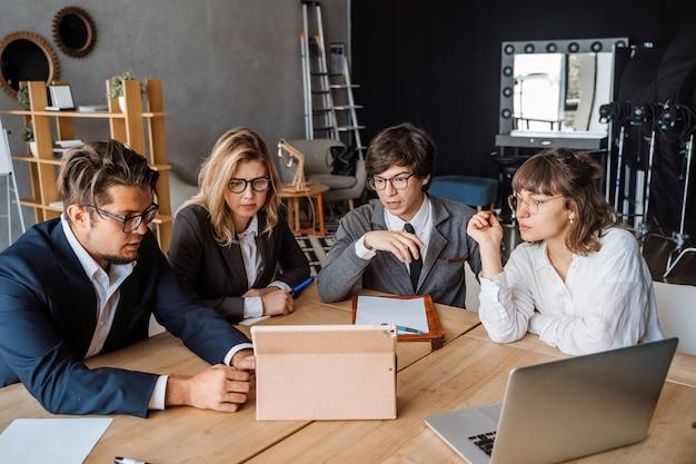 Conceito startup da reunião de sessão de reflexão dos trabalhos de equipa da diversidade.