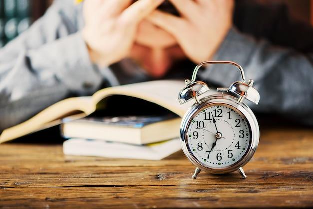 Conceito stydying. aluno se preparando tarde para seus exames, foco seletivo