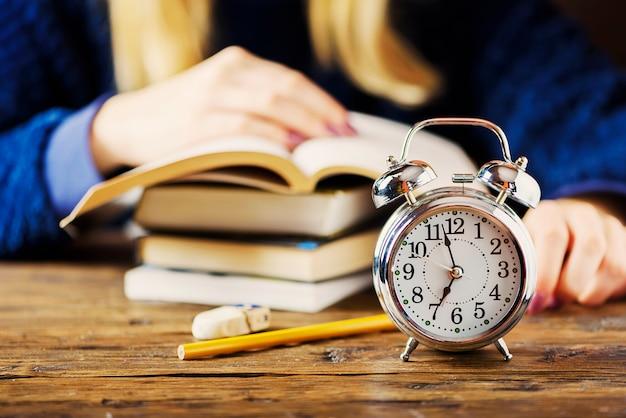 Conceito stydying. estudante se preparando tarde para os exames, foco seletivo