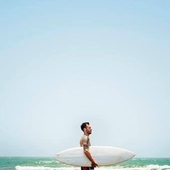 Conceito surfando das férias das férias de verão da praia do homem