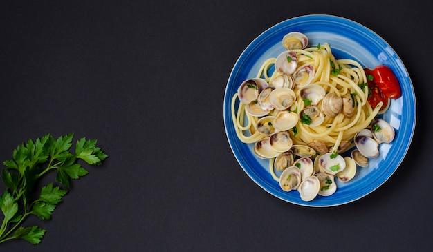 Conceito tradicional de frutos do mar italiano. espaguete com amêijoas ou prateleira, tomate e ervas