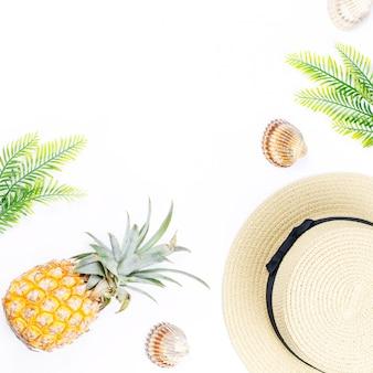 Conceito tropical do verão com acessórios de moda da mulher, folhas e abacaxi no fundo branco. vista plana, vista superior