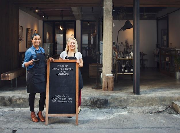 Conceito uniforme de barista da equipe do café da cafetaria do avental