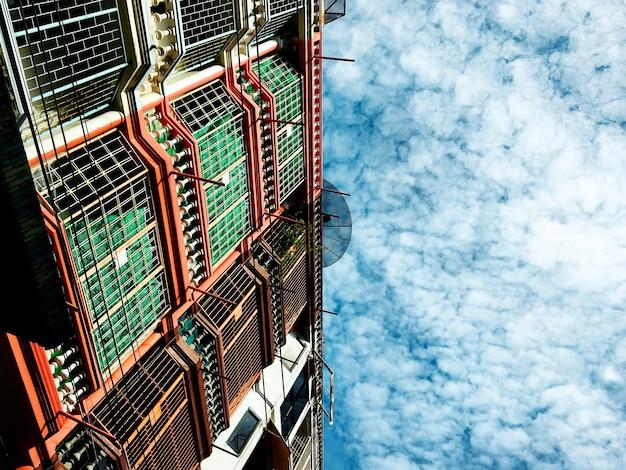 Conceito urbano da cidade do espaço do céu do verão da cidade