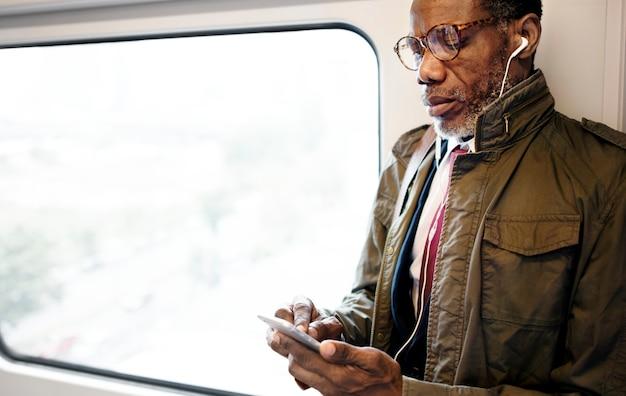 Conceito urbano do trânsito do skytrain do negócio da ascendência africana