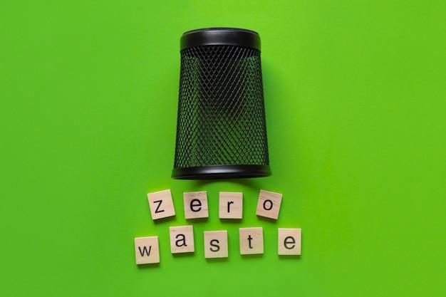 Conceito zero waste: lixeira vazia de cabeça para baixo com telhas de madeira e texto por baixo