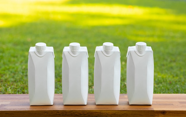 Conceitos de beber com conjunto de garrafa branca na mesa de madeira