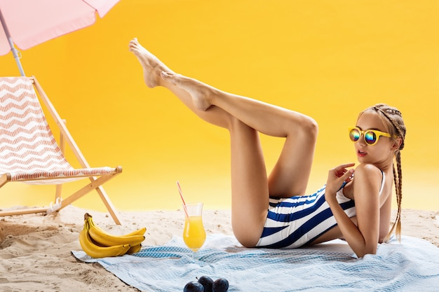 Conceitos de beleza férias de verão e momentos agradáveis de lazer com bebidas