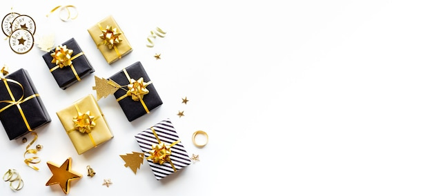 Conceitos de celebração de feliz natal, natal e ano novo com caixa de presente e enfeite
