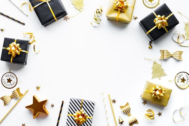 Conceitos de celebração de feliz natal, natal e ano novo com caixa de presente e ornamento na cor preta e dourada sobre fundo branco. temporada de inverno e dia de aniversário