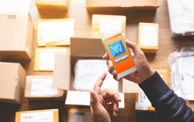 Conceitos de compras online com jovem usando smartphone para pagar seu pedido