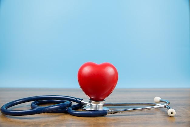 Conceitos de coração e estetoscópio, um exame físico e seguro de saúde.