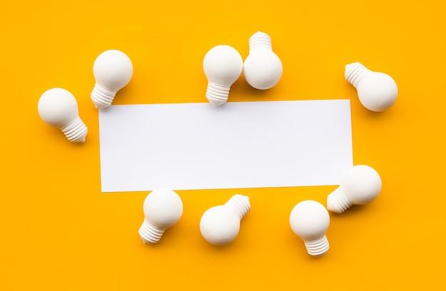 Conceitos de criatividade e inspiração empresarial com lâmpadas